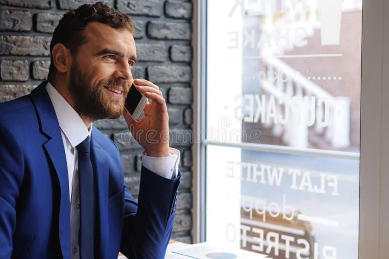 Succesvolle agent die op smartphone spreken stock foto's