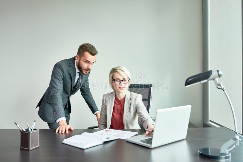 Succesvolle Bedrijfsmensen die in Bureau werken royalty-vrije stock foto
