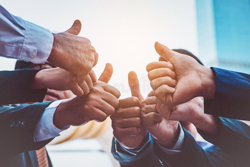Succesvolle bedrijfsmensen met duimen omhoog en glimlachend, zaken royalty-vrije stock foto