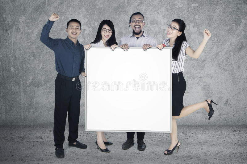 Succesvolle bedrijfsmensengreep whiteboard stock foto's
