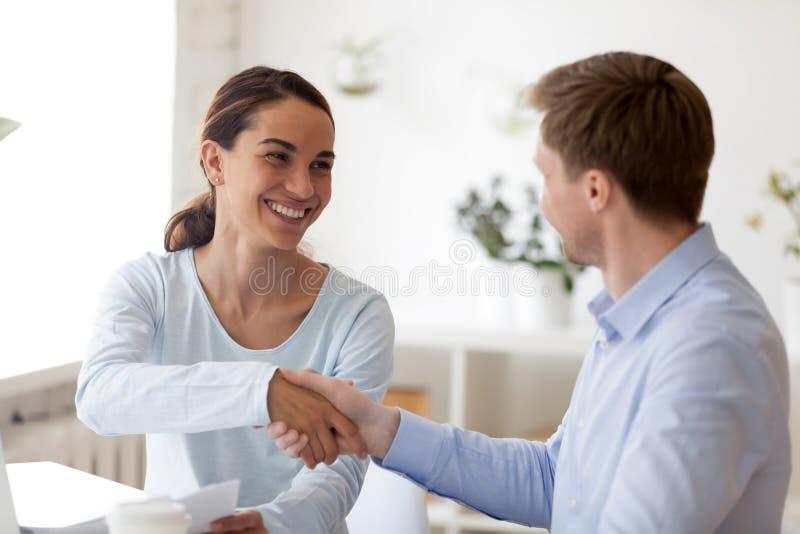Succesvolle bedrijfsonderhandelingen met handdruk tussen twee partners royalty-vrije stock afbeeldingen