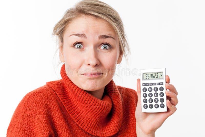 Succesvolle besparingen voor grappige jonge blonde vrouw met calculator royalty-vrije stock fotografie