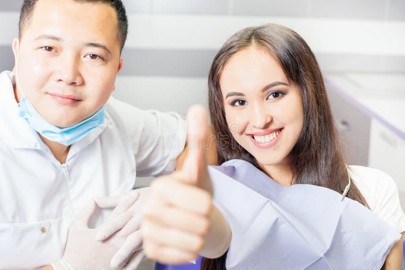Succesvolle bezoekpatiënt aan tandarts arts stock afbeeldingen
