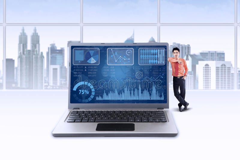 Succesvolle businessperson en financiële grafiek royalty-vrije stock foto's