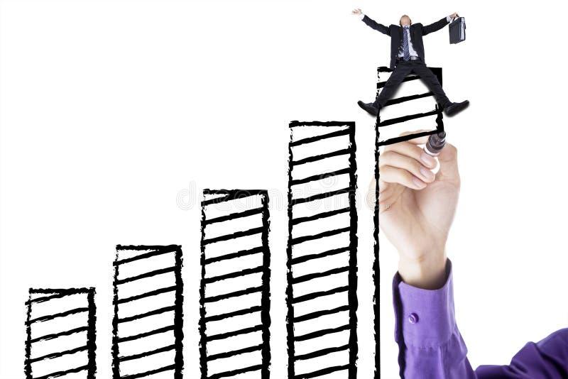 Succesvolle businesspersonzitting op bedrijfsgrafiek royalty-vrije stock foto