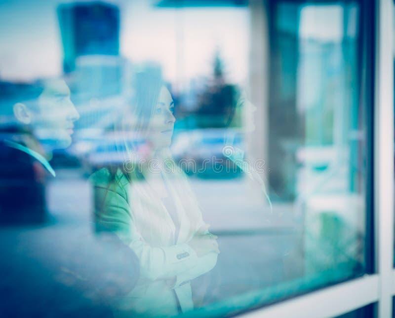 Succesvolle commerciële teamtribunes voor een venster in modern stock afbeeldingen