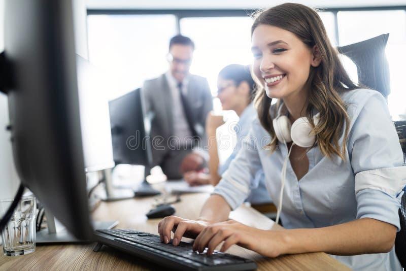 Succesvolle commerci?le groep mensen aan het werk in bureau stock foto's