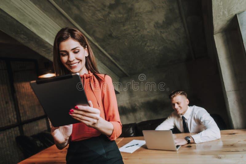 Succesvolle cowork van zakenman en zijn secretaresse stock foto