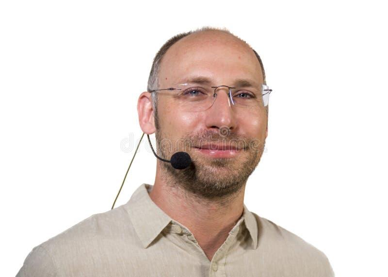 Succesvolle en zekere sprekersmens die met hoofdtelefoon bij het collectieve het commerciële overeenkomst trainen gelukkig en vro royalty-vrije stock afbeeldingen