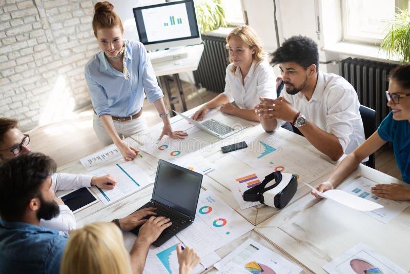 Succesvolle gelukkige groep die mensen softwaretechnologie en zaken leren tijdens presentatie stock fotografie