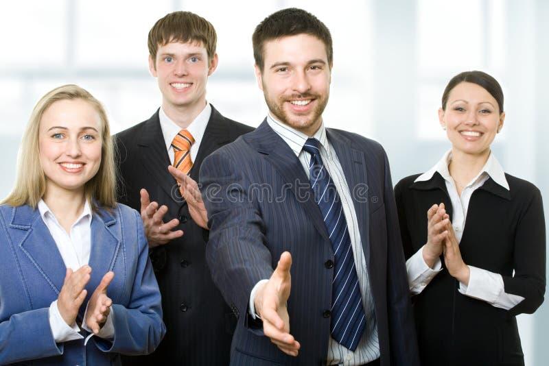 Succesvolle glimlachende jonge bedrijfsmensen royalty-vrije stock foto