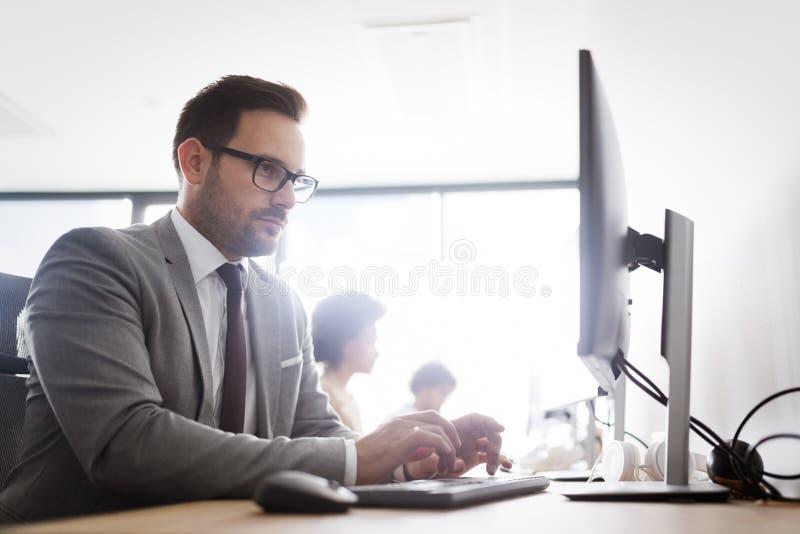 Succesvolle groep bedrijfsmensen aan het werk in bureau royalty-vrije stock foto's