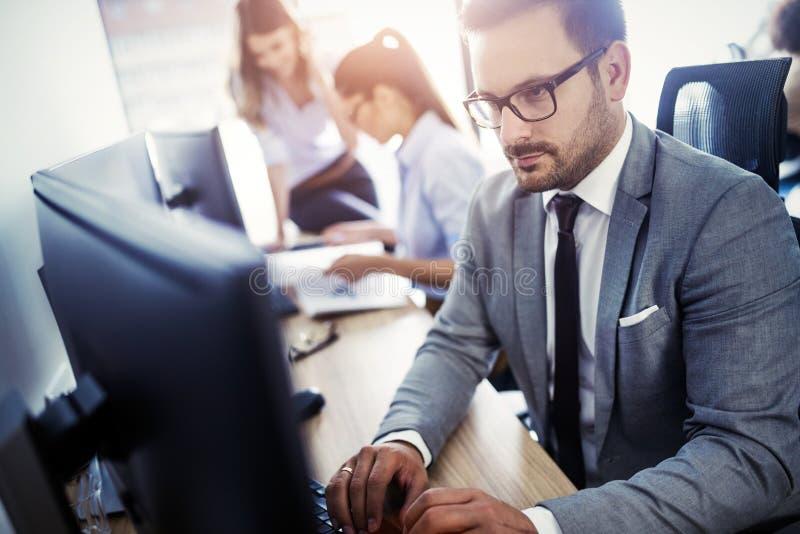 Succesvolle groep bedrijfsmensen aan het werk in bureau stock foto