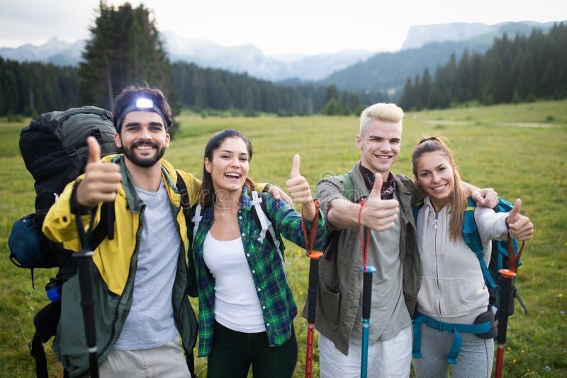 Succesvolle Groep Gelukkige Vrienden op Bergbovenkant, het Toejuichen stock fotografie