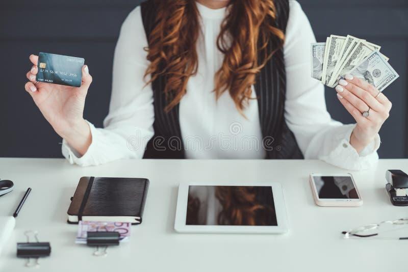 Succesvolle het geld van de bedrijfs smmvrouw het werkwinst royalty-vrije stock foto's