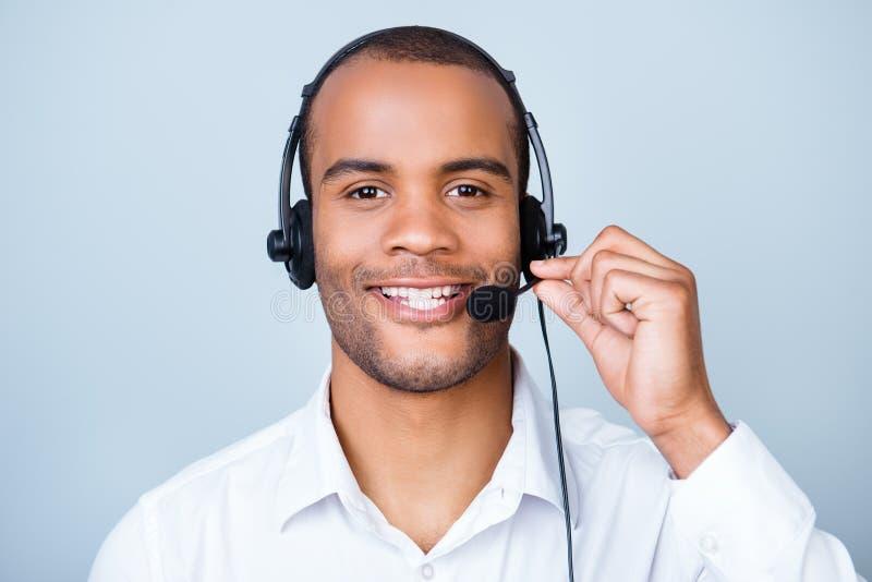 Succesvolle jonge Afrikaanse kerel in hoofdtelefoon op een zuivere lichte backgrou stock foto