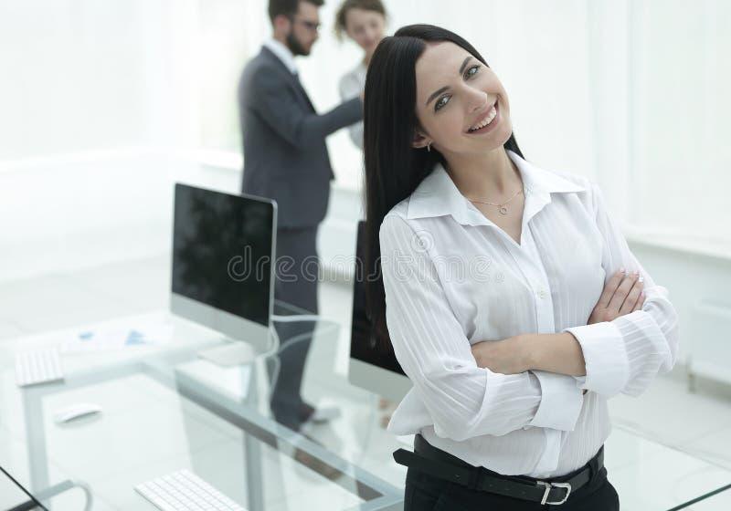 Succesvolle jonge bedrijfsvrouw op de achtergrond van een werkplaats royalty-vrije stock foto's
