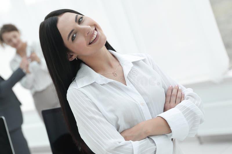 Succesvolle jonge bedrijfsvrouw op de achtergrond van een werkplaats royalty-vrije stock foto