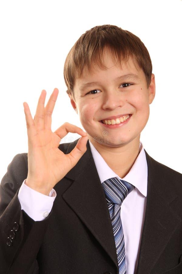 Succesvolle jonge jongen die O.k. teken toont stock foto's