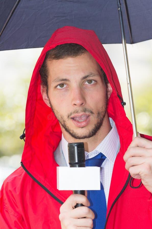 Succesvolle knappe mannelijke journalist die rood dragen royalty-vrije stock fotografie