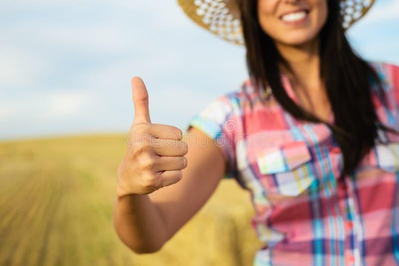 Succesvolle landbouw vrouwelijke landbouwer met omhoog duimen stock foto's