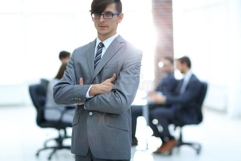 Succesvolle mens op het kantoor die een commercieel team leiden stock afbeelding