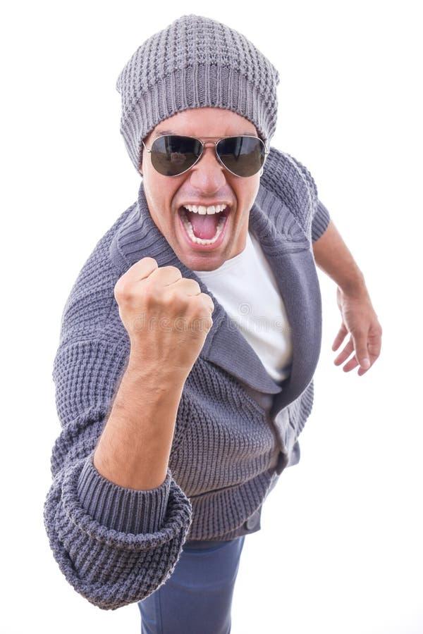 Succesvolle mens in sweater die de winter GLB en zonnebril draagt royalty-vrije stock foto's
