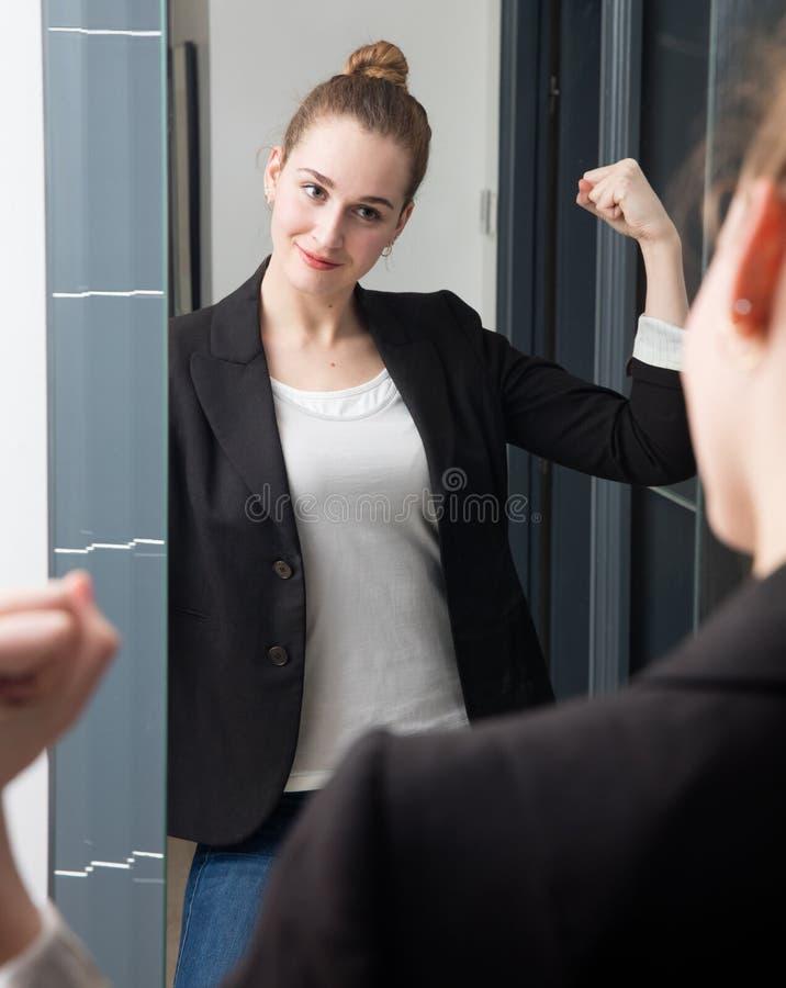 Succesvolle mooie jonge slimme vrouw met het kinetisch gedrag van het machtsmeisje stock afbeeldingen