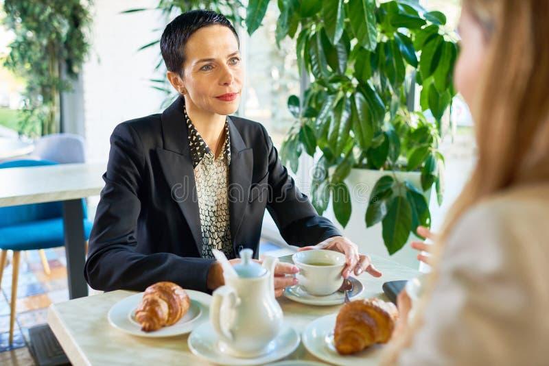 Succesvolle Onderneemster bij Koffiepauze in Koffie royalty-vrije stock afbeelding