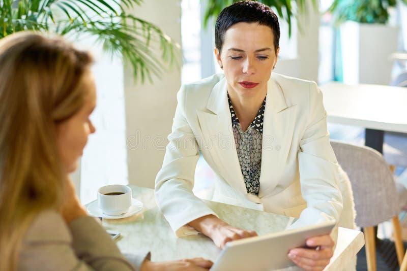 Succesvolle Onderneemster Meeting met Partner in Koffie stock fotografie