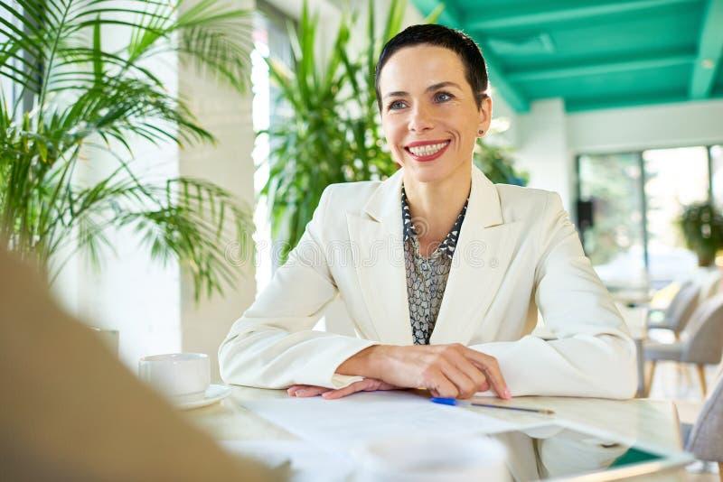 Succesvolle Onderneemster Meeting Partner in Koffie royalty-vrije stock afbeelding