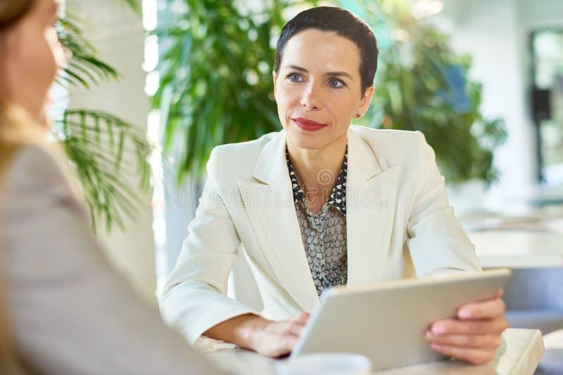 Succesvolle Onderneemster Meeting Partners in Koffie royalty-vrije stock afbeelding
