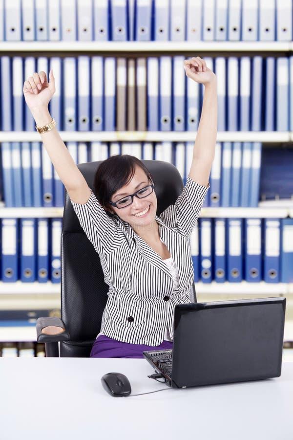 Succesvolle onderneemster op kantoor stock afbeelding