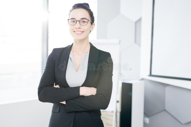 Succesvolle Onderneemster Posing in Bureau stock foto's