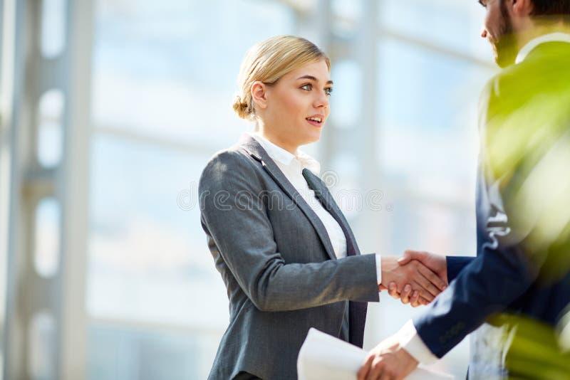 Succesvolle Onderneemster Shaking Hands met Partner royalty-vrije stock afbeelding