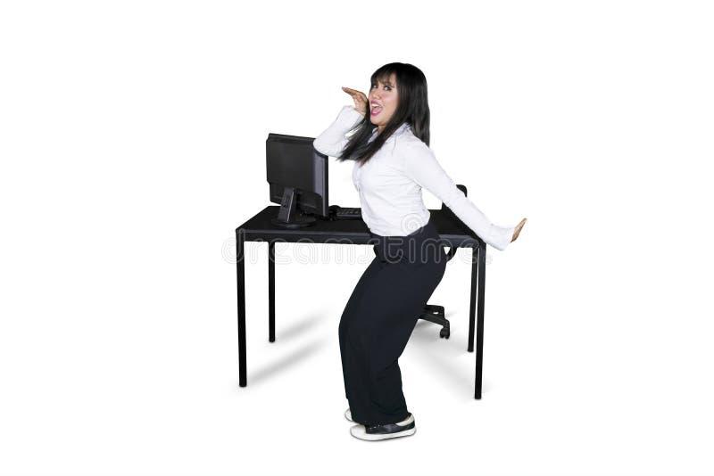 Succesvolle ondernemer die dichtbij haar bureau dansen stock afbeeldingen