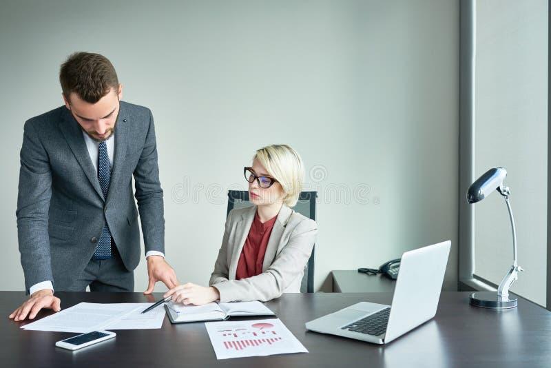 Succesvolle Partners die in Bureau werken royalty-vrije stock foto