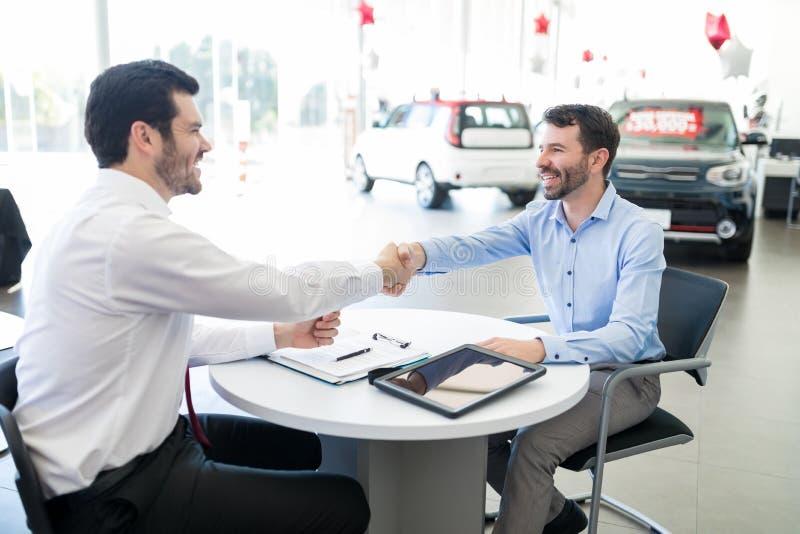 Succesvolle Representatieve And Car Owner-het Schudden Handen stock afbeeldingen