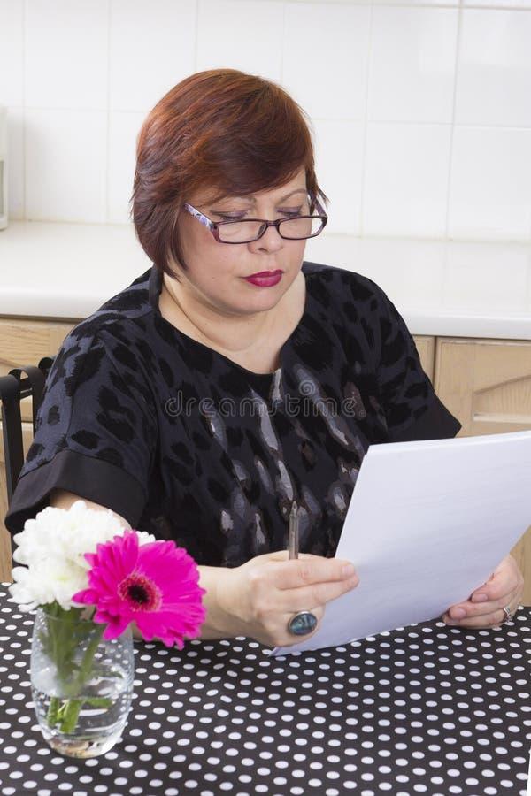 Succesvolle rijpe vrouw met documenten royalty-vrije stock fotografie