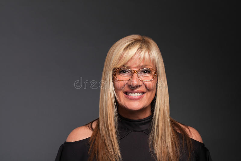 Succesvolle Rijpe Vrouw met Glazenportret - Exemplaarruimte stock foto's