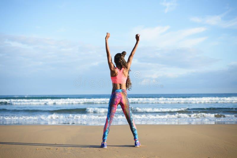 Succesvolle sportieve geschiktheidsvrouw die bij het strand uitoefenen royalty-vrije stock fotografie
