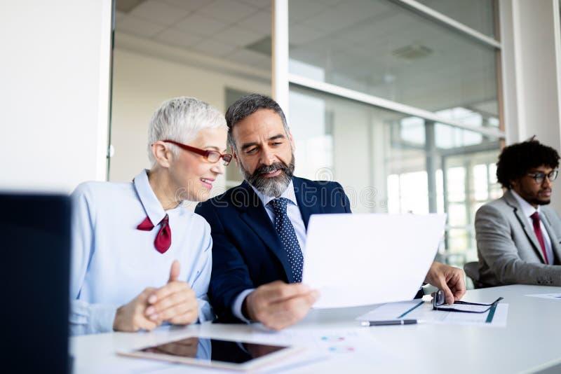 Succesvolle teamleider en bedrijfseigenaar die informele binnenshuis commerciële vergadering leiden royalty-vrije stock afbeeldingen