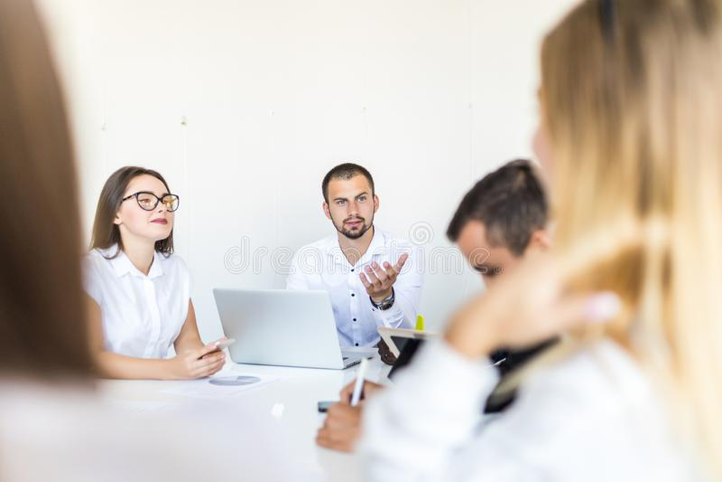 Succesvolle teamleider en bedrijfseigenaar die informele binnenshuis commerciële vergadering leiden Zakenman die aan laptop in vo royalty-vrije stock foto's