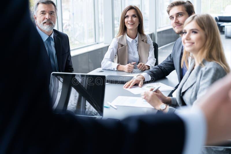 Succesvolle teamleider en bedrijfseigenaar die informele binnenshuis commerci?le vergadering leiden royalty-vrije stock afbeelding