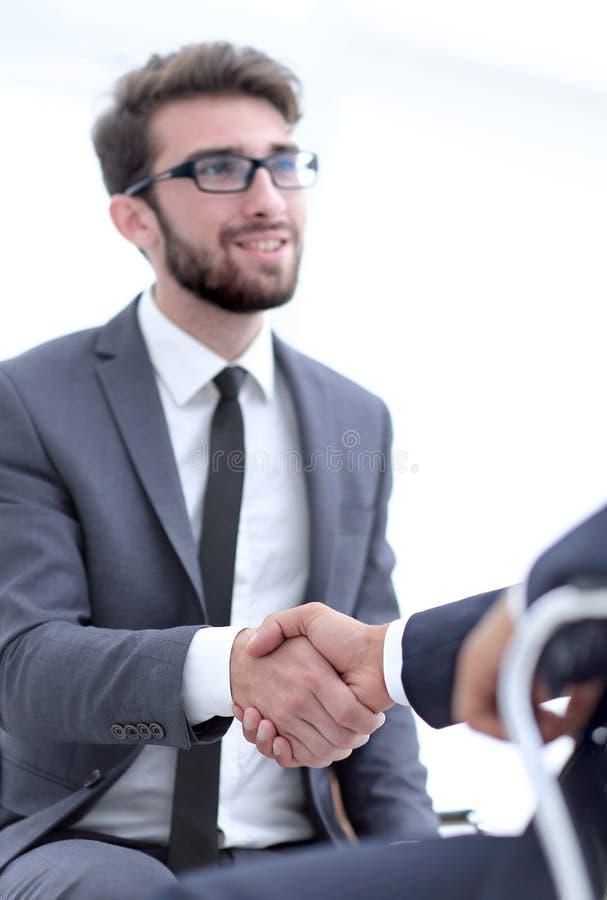 Succesvolle vergaderingen van zakenlieden in het bureau stock afbeeldingen