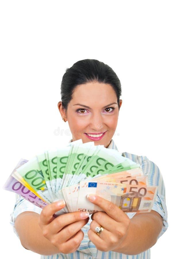 Succesvolle vrouw die geld geeft stock foto's