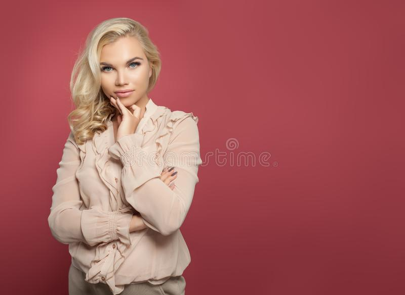 Succesvolle vrouw die, portret denken Elegant meisje op kleurrijke roze achtergrond met lege exemplaarruimte royalty-vrije stock foto