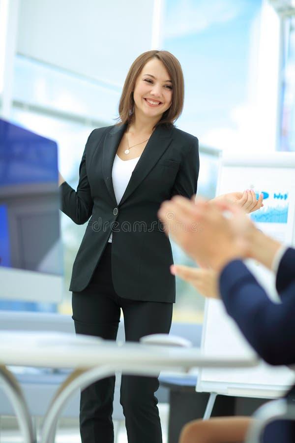 Succesvolle Vrouw die tot een bedrijfspresentatie maken aan groep royalty-vrije stock foto
