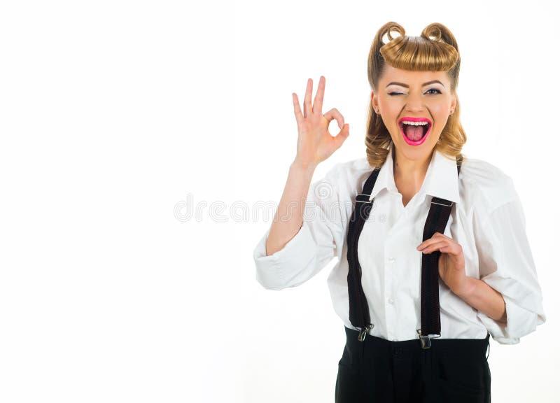 Succesvolle vrouw en exemplaarruimte Gelukkige bedrijfsdame Een teken van succes O.k. gebaar Meisje met gelukkige glimlach stock foto