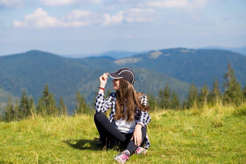 Succesvolle vrouw in GLB bovenop heuvel stock foto